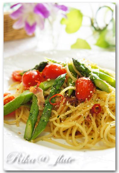 アスパラとミニトマトとベーコンのカラフルお野菜パスタ